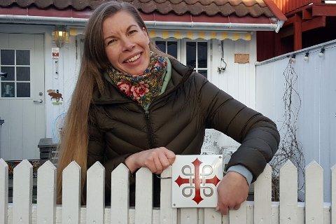 PILEGRIM: Nanna Jørgensen viser fram pilegrimsskiltet hun har fått fra Vestfold fylkeskommune.