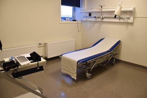 PRØVETAKING: Dette rommet på Sandefjord legevakt blir brukt til å ta prøver av pasienter som kan ha koronavirus. Rommet vaskes mellom hver pasient. FOTO: Vibeke Bjerkaas