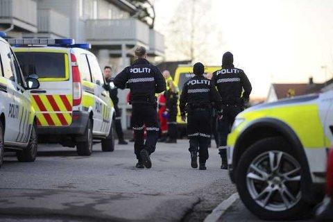 ÅSTED: Politi og andre nødetater møtte mannsterke opp da melding om funnet av en død kvinne ble kjent.