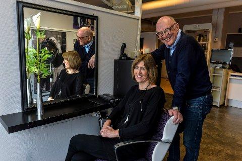 FRISØRER: Snart har siste kunde sittet i denne stolen. Jan Erik Larsen (68) og kona, Bodil Island Larsen (66) pensjonerer seg og avvikler Loftet frisør til sommeren.