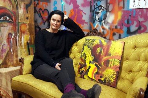 MALER: Linda Birgitte Børresen er leder på Labben. I atelieret finner hun ro, enten hun skal male, skrive eller bare slappe av med en kopp te.