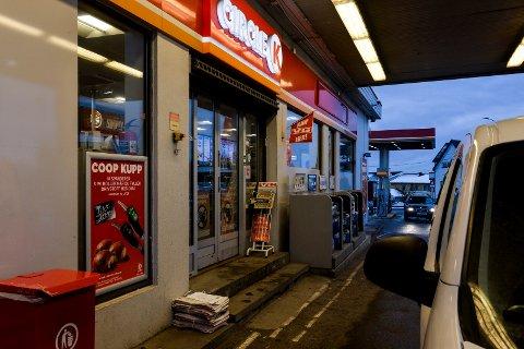 DAGENS AVISER: På trappen til Circle K Haukerød ble det stjålet en bunke aviser tidlig tirsdag morgen.