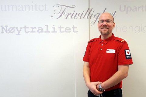 RØDE KORS: Rolf Ivar Mikkelsen bruker mye tid på arbeidet i Sandefjord Røde Kors. I tillegg til å være sambandsleder, tar han gjerne på seg andre oppgaver i organisasjonen.