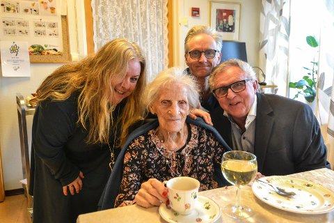 FEIRET: Lucie Sandnes fylte 100 år lørdag 8. februar. Her er hun sammen med barnebarna Yvonne Sandnes (57) og Sten Sandnes (53), samt sønnen Steinar Sandnes (76).