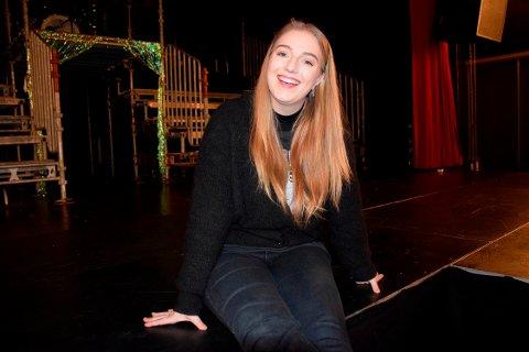 MANGE JERN I ILDEN: Mathilde Wedde (22) trives både på og bak scenen, i ulike roller. Nylig fikk hun sin regissørdebut, som regissør for «Grease»-oppsetningen til Breidablikk Teaterverksted.