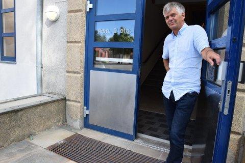 RAMMET: Rektor Gunnar Straand ved Store Bergan skole forteller at skolehverdagen foreløpig forløper normalt.
