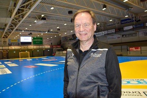 KREVENDE PERIODE: Morten Mathisen (60) jobber som både daglig leder og markedsansvarlig for Runars håndballherrer. Den siste tiden har han blant annet jobbet mye med sponsorbudsjettet. – Det har vært en krevende periode, men vi har nå klart å nå målsettingen vår, med 70 prosent inn, sier han.