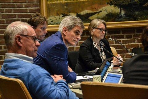 Slik var det før. Nå er det bare ordfører Bjørn Ole Gleditsch (i midten) og sekretær Mette Wiik (t.h.) som møtes fysisk når de leder møtene i formannskapet. Det samme skjer når kommunestyret avholdes digitalt torsdag. Til venstre sitter Tor Steinar Mathiassen og rådmann Bjørn Gudbjørgsrud.