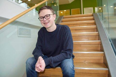 BRENNER FOR POLITIKK: Mikkel Bjørge Madsen (16) bruker mye av fritiden sin til politikk. Det synes han er helt topp. – Jeg liker å føle at jeg gjør en jobb som er til nytte for andre, sier han.