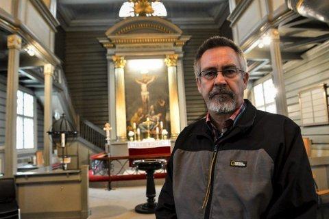VANSKELIG: Prost i Sandefjord prosti, Øyvind Nordin, syns det er sårt og vanskelig kanskje å måtte stoppe folk i døra ved begravelser, men sier de kommer til å følge rådene fra lokale og nasjonale helsemyndigheter.