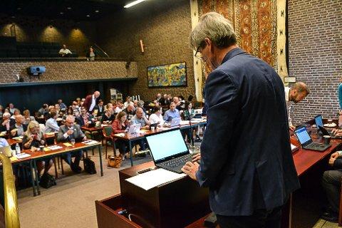 """E-POST: Ordfører Bjørn Ole Gleditsch (H) må kommunisere med de folkevalgte via e-post. """"Korona-viruset har satt hele det norske samfunnet i en svært spesiell situasjon"""", skriver han."""