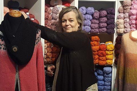 HÅNDARBEID: Å ha et strikkeprosjekt, kan være godt når man tilbringer mest tid hjemme. Nina Eriksen i garnbutikken «Hos Nina» har alt man behøver for å komme i gang. Råd, veiledning og en garnprat kan hun også tilby, samt utkjøring av varer til den som sitter i karantene.