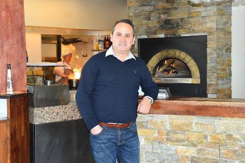 NYTT KJØKKEN: Det er Ilir Kryeziu som driver restauranten Del Mare i Kilen. Sammen med seg har han kona, tre på kjøkkenet og to-tre andre til å servere og hjelpe til. FOTO: Vibeke Bjerkaas