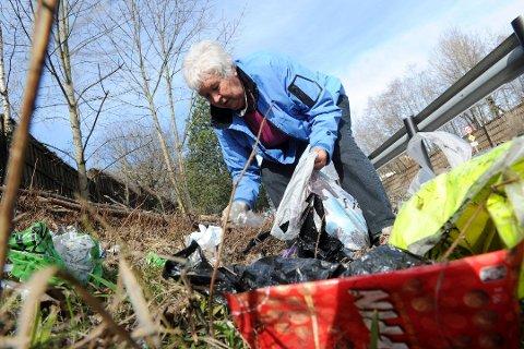 SØPPELSTOPP: Rannveig Horntvedt og alle de mange hjelperne hennes i Sandefjord søppelplukkerlag får ikke lenger plukke søppel.
