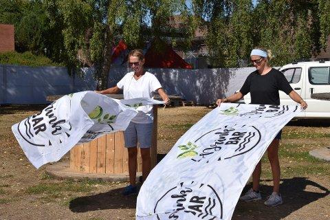 SOLGTE GODT: Billettene gikk unna før koronaen kom til Sandefjord. Nå må Hanne Børresen Johansen og Rikke Jenssen vente på at stormen gir seg. ARKIVFOTO: Vibeke Bjerkaas