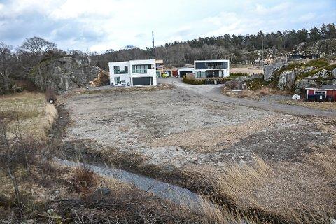 BLE FJERNET: I strandsonen ved Østerøyveien ble det i fjor utfylt et areal på ett mål. Etter pålegg fra kommunen ble fyllingen fjernet. Ulovlig utfylling i 100-metersbeltet på Østerøya.
