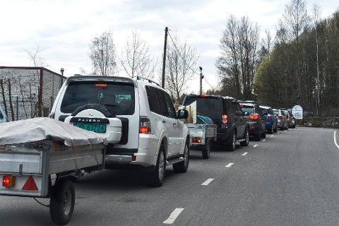 KAN BLI KØ: Ledelsen ved Kastet gjenvinningsstasjon ønsker at du venter med avfallslevering hvis du kan. Blir det stor pågang, blir bilistene sluppet inn i puljer. Bildet er fra påsken i fjor.