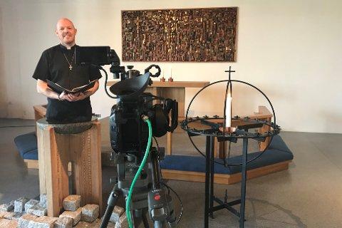 VESTERØY KIRKE: John Peder Grimsmo finner nye løsninger når menigheten ikke lenger kan samles i kirken.  Da strømmes gudstjenestene hjem i din egen stue.