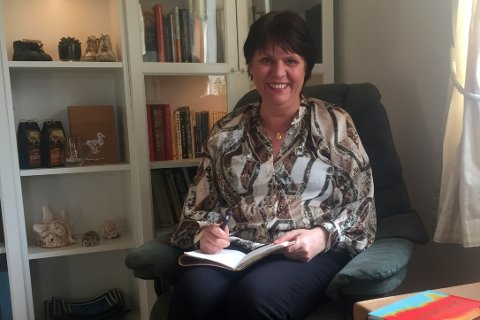 BUSS-POET: Heidi Bolt-Hansen skriver dikt, og mange av dem blir til når hun sitter på bussen. Nå er det imidlertid hjemme hun har både lese- og skrivekrok.