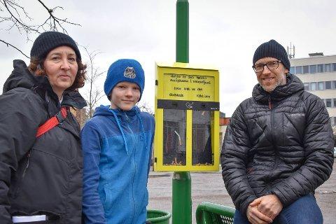 STOLTE: (f.v) Leslie Tacshner, Daniel Risberg (9) og Øyvind Rotnes er glade for boksen som vil gi røykere et sted å kaste sneipen.