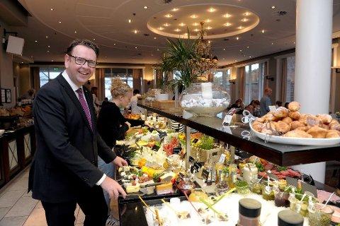 FØR KORONAEN: Dette bildet av hotelldirektør Thomas Ødegård på Scandic Park ble tatt for et drøyt år siden. I dag er frokostbuffeten borte, og de aller fleste gjestene også.