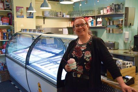 DOBLET UTVALGET: Når Isbaren åpner kan kundene velge blant dobbelt så mange slag is. Tabita Hals gleder seg stort til åpningen fredag og håper det vil være mulig å holde  åpent som normalt 17. mai også. FOTO: Vibeke Bjerkaas