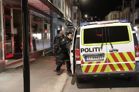 RYKKET UT: Bevæpnet politi aksjonerte da fikk melding om ran i sentrum på tampen av april. To personer er siktet i saken.