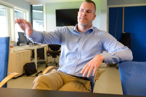 HENGER SEG PÅ: Espen Bugge Pettersen støtter klubbleder-kollegaer i norsk fotball, som mener kulturminister Abid Raja, ikke har forstått hva klubbdrift handler om. SF-lederen frykter nå for framtiden til flere klubber i norsk fotball, inkludert SF.