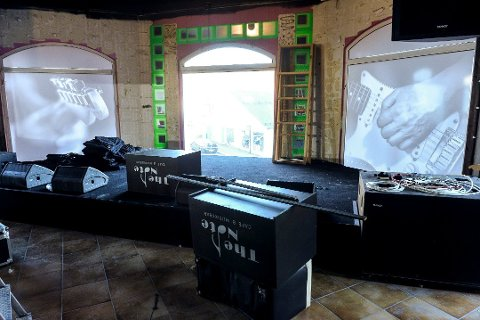 KONSERTSCENE: Byens nye konsertscene er klar til bruk. Etter flere måneder med jobbing var utestedet klar til å åpne dørene. Nå blir det digitale konserter i påsken. FOTO: Atle Møller