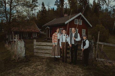 HISTORISK SUS: Pia Hansen Rolstad (48), Espen Rolstad (45) og barna Sverre (11) og Ola Hansen Rolstad (13) har gått «all in» for å selge familieeiendommen til Pias far i Kodal.