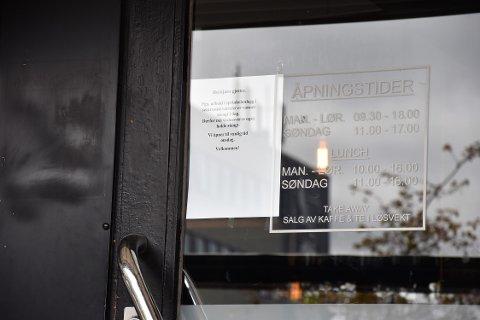 BEKLAGER STENGT: På grunn av arbeid med sprinkelanlegg ble vannet stengt 26. mai. Da så 1. Etage seg nødt til å låse døra. - Vi er helt avhengig av vann, sier kaféeier Shahsine Gjikolli.