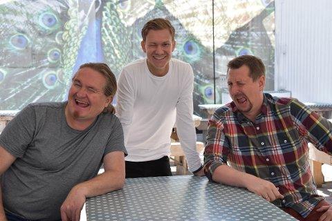 BARSKINGER I BAKGÅRDEN: Fra venstre Heljar Berge (50), Jonas Haukjem (snart 27) og Hans Jørgen van Rijnbach (39) inviterer til talkshow med lokale gjester og temaer. Premieren ble utsolgt på et blunk. FOTO: Vibeke Bjerkaas