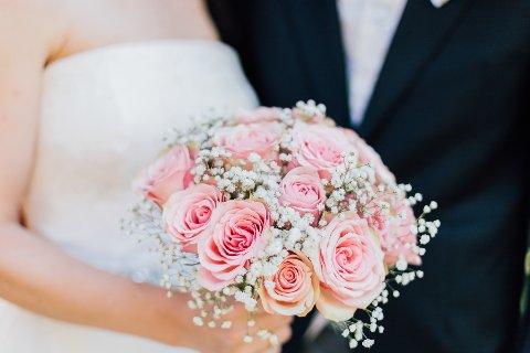 UVISST: Når kan bryllup igjen feires uten koronarestriksjoner? Det vet ingen. Et begrenset antall gjester, spesielle hygienetiltak, avstandskrav, samt at enkelte gjester kanskje må utebli grunnet høyrisiko for smitte, gjør bryllupsplanlegging vanskelig.