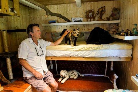 HJEMMEKOSELIG: Hotelldirektøren Asgeir Tangen er innom og hilser på katten Smulan, som bor i sin egen suite.