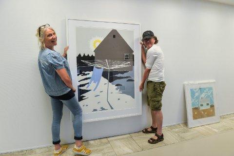 KUNST: Kari Berge, daglig leder i Sandefjord Kunstforening, og Bjørn Kamfjord fra utstillingskomiteen er gang med å henge opp et av bildene til Annette Kierulf og Caroline Kierulf.
