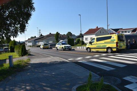 16-ÅRING PÅKJØRT I MOVEIEN: To politibiler og ambulanse med personell kom til stedet etter at en mopedfører ble påkjørt i en rundkjøring i Moveien tirsdag morgen. FOTO: Vibeke Bjerkaas