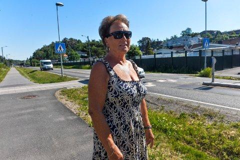 Wenche Myhre bor på Fløyasletta, og kan ikke begripe at det skal lages gang- og sykkelvei over deres hager, så lenge det alt er en gang- og sykkelvei langs Hegnaveien.