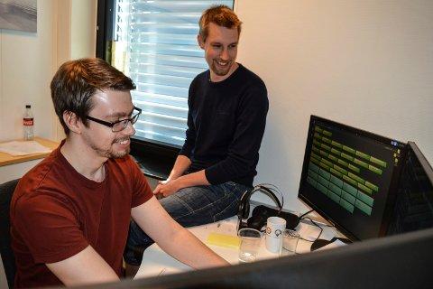MED PÅ SUKSESSEN: Trygve Sørensen (t.v.) og Johan Björn er systemutviklere i Multicase. De gikk rett fra utdanning til fast jobb i selskapet.