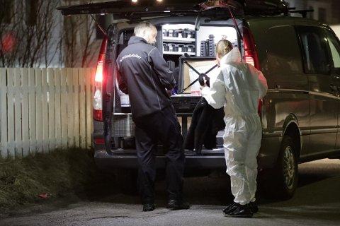 ETTERFORSKERE: Drapet fant sted 2. februar i år, og etterforskere gjorde undersøkelser i leiligheten utover natten.  Etterforskningen er ennå ikke ferdig.