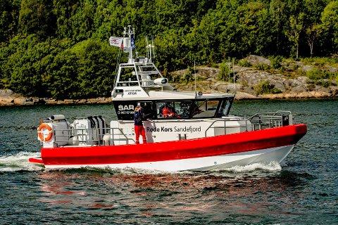 RØDE KORS: Redningsbåten RC Jotun til Sandfjord Røde Kors har hittil i sommer vært ute på få oppdrag. Nå økes beredskapen og båten blir bemannet hele døgnet store deler av juli måned.