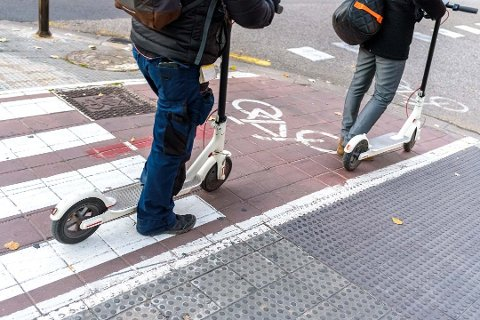 FLERE OG FLERE: Elektriske sparkesykler dominerer stadig mer i gatene, og de er godt brukt av både barn, unge og voksne.