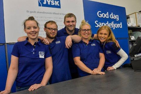 BONUS: De ansatte på JYSK er strålende fornøyd med at de får rekordbonus. f.v: Salgsleder Nanett Evensen (27), Ken-Werner Evensen (27), Christian Fjugstad (22), Magda Karmqzyn (34) og Mina Varil (18).