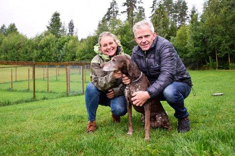 TRIVES PÅ LANDET: Theresé (47) og Roger Aasland (56) stortrives på gården i Andebu, hvor de driver Thorsheim Hundehotell. Her er de to sammen med hunden Misty, som er på sommerferie på hotellet.