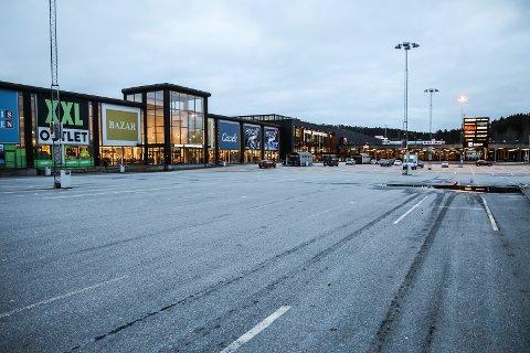 TOMT: Slik har det sett ut på parkeringsplassen ved Nordby Shoppingsenter i lang tid. Og slik vil det trolig fortsette å se ut en god stund til. For smittetallene for Västra Götaland gir liten grunn til optimisme for de som håper på at man kan reise til Sverige å handle med det første.
