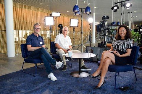 TV-STUDIO: På Gimle ble det rigget opp et eget TV-studio, i anledning tirsdagens digitale salgsmøte. Jørgen Aas (t.v.) og Per Øien fra Splæsh AS sørget for at sendingen gikk som den skulle, mens Camilla Bolsø Halvorsen fra Jotun hadde rollen som «programleder».