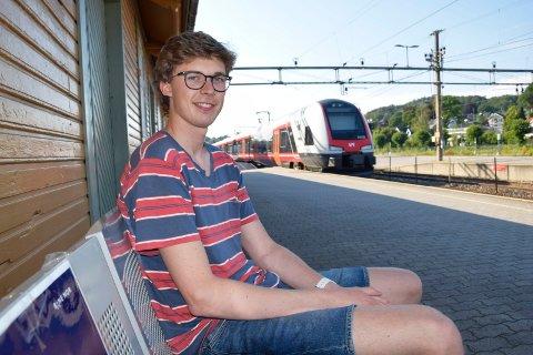 REALISERTE DRØMMEN: Alexander Tullander Høeg (22) har drømt om å bli lokomotivfører helt siden barndommen. Snart sitter han bak spakene i Vy-togene alene, som fersk  lokomotivfører. – Det er en spennende og viktig jobb, og det er gøy å ha ansvar. Ja, også er det gøy å kunne frakte mennesker dit de skal, sier sandefjordingen.
