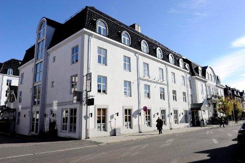 HOTEL ATLANTIC: Fra neste uke vil ansatte som er i kontakt med hotellgjester bruke munnbind. – Vi tror og håper dette kan være med å redusere risikoen for smitte, sier hotelldirektør Kari-Ann Norén.