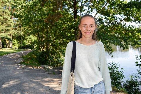 LIKER HJEMBYEN: Eline Byre (17)  er i gang med siste året som elev ved Sandefjord videregående skole. Neste skoleår er planen å dra på folkehøgskole, muligens i Ålesund. Deretter venter studier. Og kanskje vender hun tilbake til Sandefjord igjen etter det, for det er ingen tvil om at hun trives i hjembyen sin.
