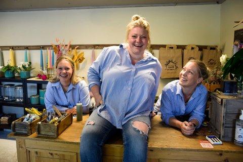 SØSTRE OG KOLLEGER: Helga Bonden Lund (37, i midten) synes det er helt topp å ha sine egne lillesøstre, Mari Bonden (27, t.v.) og Louise Bonden Fossnes (35) som ansatte. – Vi er både søstre, kolleger og bestevenner, sier Helga, som driver Bondens Hage hjemme på gården.