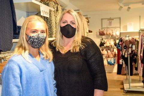 MANGE TIL OSLO: Amalie Solberg (t.v.) og Agnethe Dokken, henholdsvis ekstrahjelp og daglig leder hos Next Label, forteller at mange har kjøpt munnbind den siste tiden. – Mange av dem er kjøpt via nettbutikken vår, og sendt til Oslo, sier Dokken.